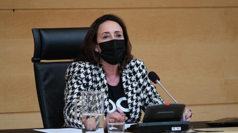 El PSOE logra que los usuarios del transporte público en Espino de la Orbada tengan un refugio de espera en la parada de autobús